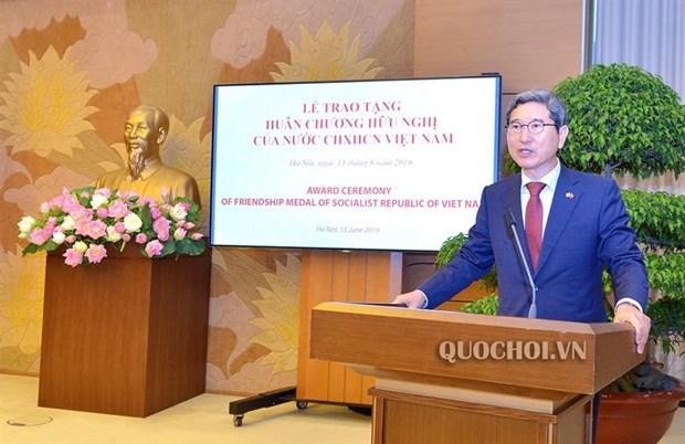 越南向韩越议员友好小组主席金贺勇授予友谊勋章 hinh anh 2