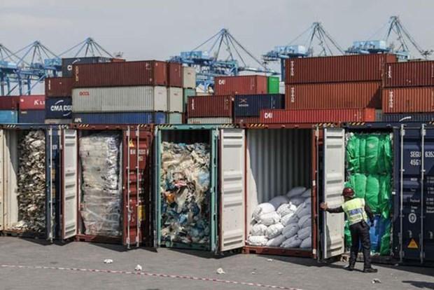 印度尼西亚和马来西亚将装满垃圾的集装箱退回美国 hinh anh 1