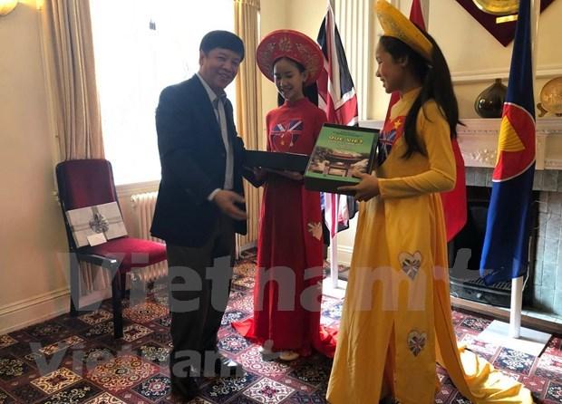 海外越南人国家委员会代表团访问英国 hinh anh 1