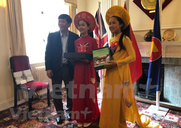 海外越南人国家委员会代表团访问英国 hinh anh 2