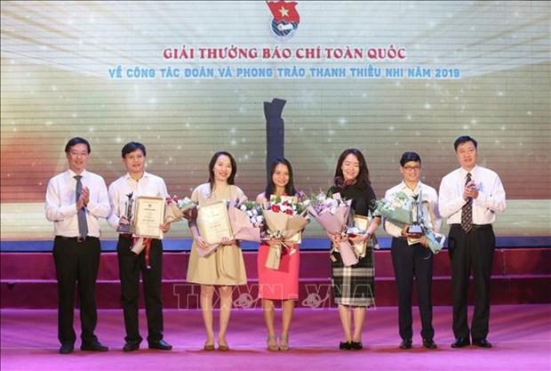 2019年共青团工作和青少年活动全国新闻奖颁奖仪式在河内举行 hinh anh 1