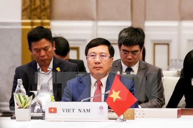 越南政府副总理兼外长范平明出席东盟外长会议 hinh anh 1