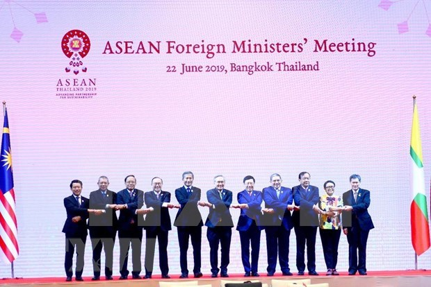 越南政府副总理兼外长范平明出席东盟外长会议 hinh anh 2