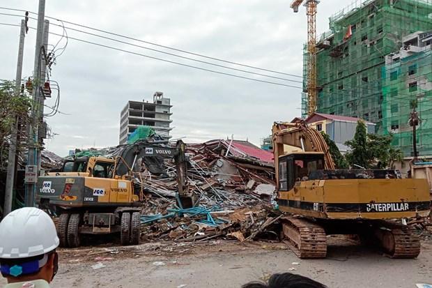 柬埔寨一座七层楼房倒塌事故:至少7人死亡和18人受伤 hinh anh 1