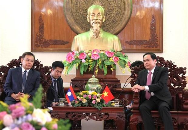 越南祖国阵线中央委员会主席陈青敏会见老挝建国阵线代表团 hinh anh 1
