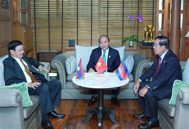 越南政府总理阮春福会见老挝总理和柬埔寨首相 hinh anh 1