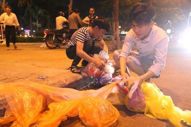 观看烟花比赛不忘清理垃圾 岘港市美丽形象日益提升 hinh anh 2