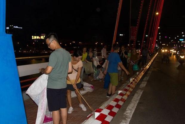 观看烟花比赛不忘清理垃圾 岘港市美丽形象日益提升 hinh anh 1