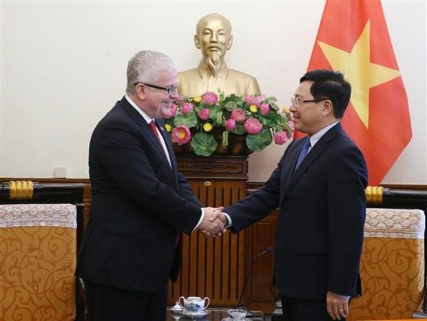 越南政府副总理范平明会见前来辞行拜会的澳大利亚驻越大使 hinh anh 1
