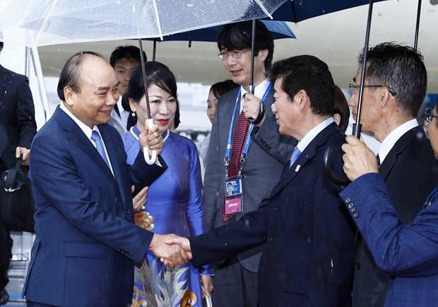 越南政府总理阮春福抵达大阪府开始出席二十国集团峰会之行 hinh anh 2