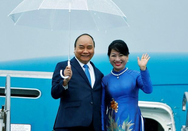 越南政府总理阮春福抵达大阪府开始出席二十国集团峰会之行 hinh anh 1