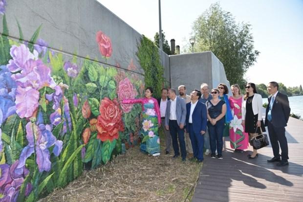 越南画家在法国制作的壁画落成 hinh anh 1