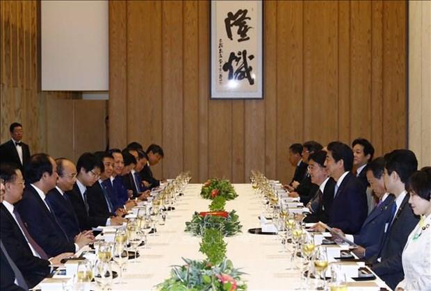 政府总理阮春福与日本首相安倍晋三举行会谈 hinh anh 2
