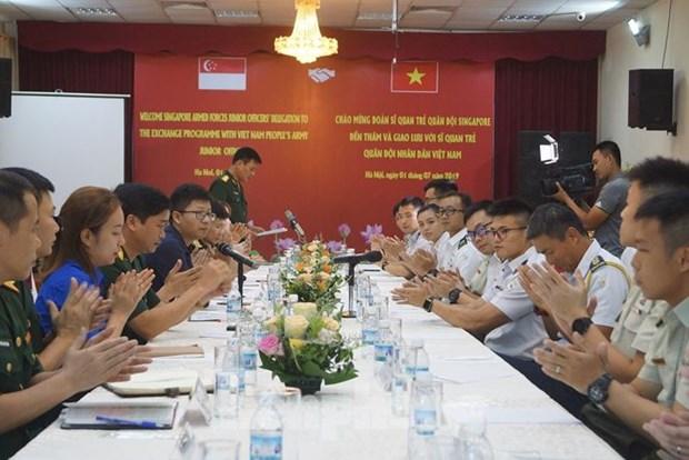 越南与新加坡青年军官互相分享经验 hinh anh 1