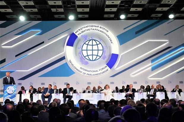 越南出席在俄罗斯举行的第二届议会制度发展论坛 hinh anh 1