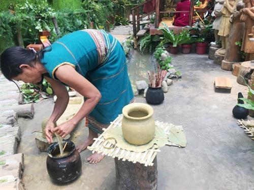 力争将崑嵩省巴拿族的陶器打造成旅游产品 hinh anh 2