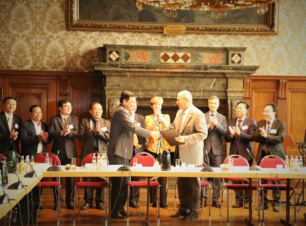 越南隆安省与德国莱比锡市签署贸易与投资合作备忘录 hinh anh 1