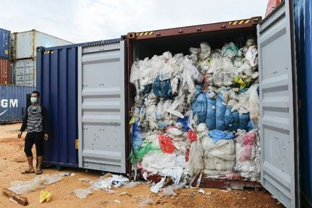 印度尼西亚下决心退回进口的数十个垃圾集装箱 hinh anh 1