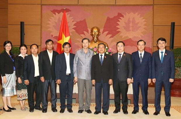 越南国会副主席杜伯巳会见老挝国会法律研究院代表团 hinh anh 2
