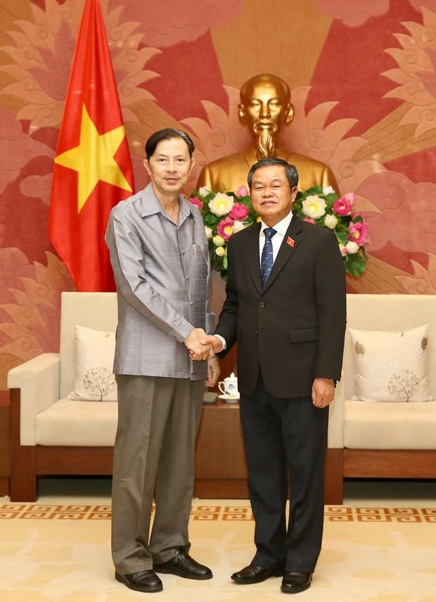 越南国会副主席杜伯巳会见老挝国会法律研究院代表团 hinh anh 1