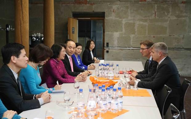 越南国家副主席邓氏玉盛会见瑞士伯尔尼州州长 hinh anh 2