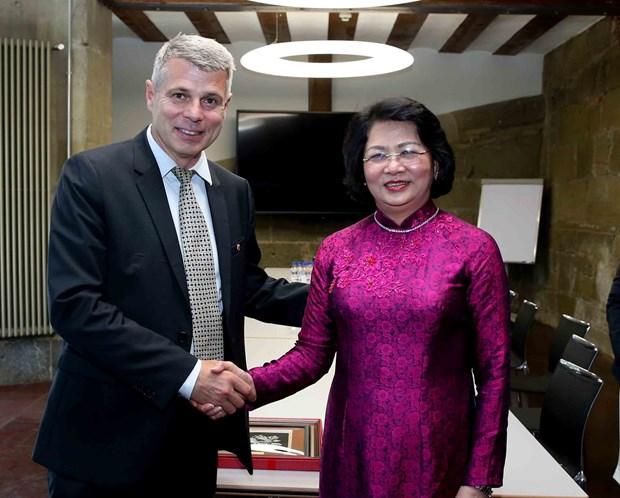 越南国家副主席邓氏玉盛会见瑞士伯尔尼州州长 hinh anh 1