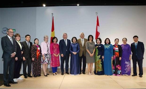 越南国家副主席邓氏玉盛在瑞士会见越南知识分子代表 hinh anh 2