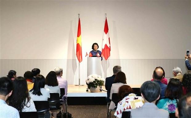 越南国家副主席邓氏玉盛在瑞士会见越南知识分子代表 hinh anh 3