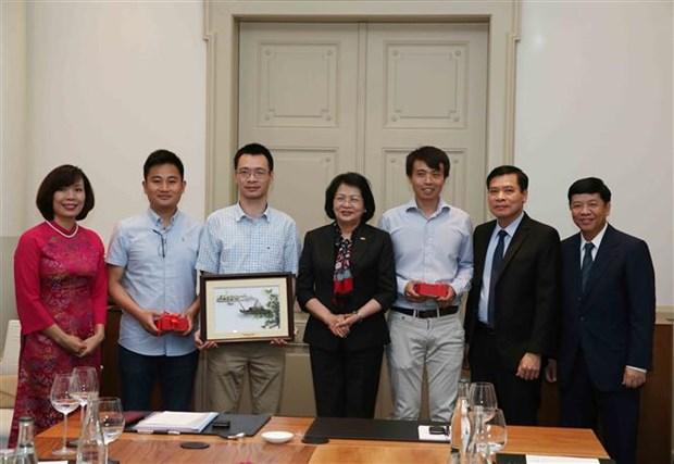 越南国家副主席邓氏玉盛在瑞士会见越南知识分子代表 hinh anh 1