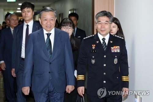 韩国警察承诺将对该国一名男人暴打其越南籍老婆案彻查 hinh anh 1