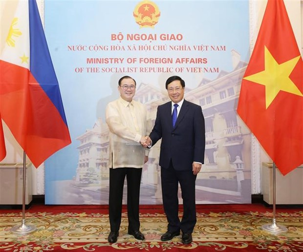 越南政府副总理兼外交部长范平明同菲律宾外交部长举行会谈 hinh anh 1