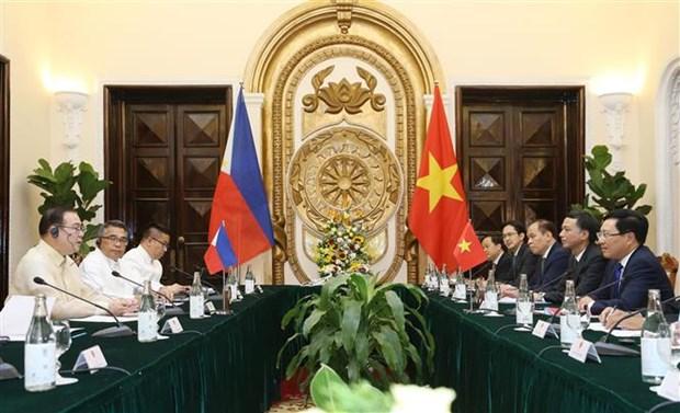 越南政府副总理兼外交部长范平明同菲律宾外交部长举行会谈 hinh anh 2