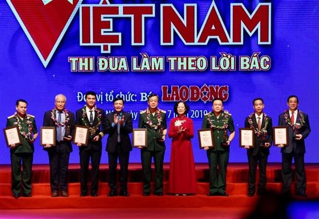 """""""越南之荣光""""表彰大会在河内举行 19个先进集体和个人受到表彰 hinh anh 1"""