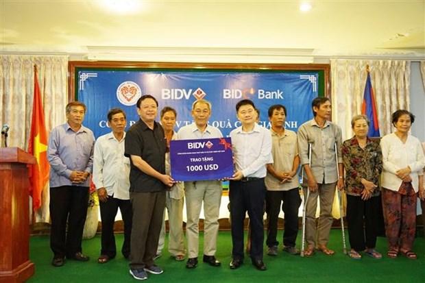 越南BIDV银行代表团看望慰问旅柬越南革命时期有功人员 hinh anh 1
