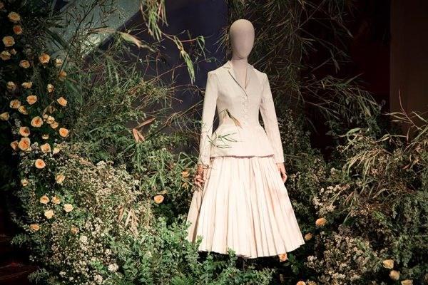 """""""往日之美""""时装展览会推崇不同时代的时装风格 hinh anh 1"""
