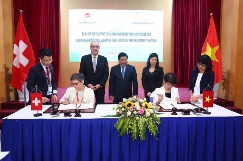 越南与瑞士将继续合作发展生态工业区 hinh anh 1