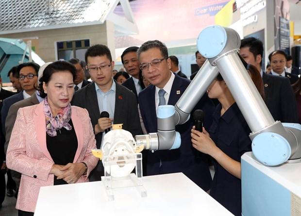 越南国会主席阮氏金银参观中国中关村科技会展中心 hinh anh 2