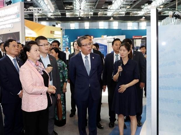 越南国会主席阮氏金银参观中国中关村科技会展中心 hinh anh 3
