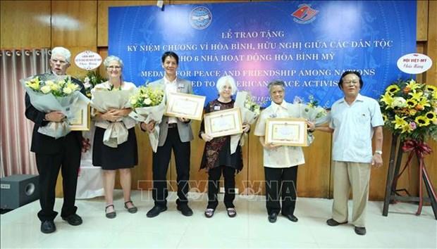"""越南友好组织联合会向6名美国和平人士授予""""致力于各民族和平友谊""""纪念章 hinh anh 1"""