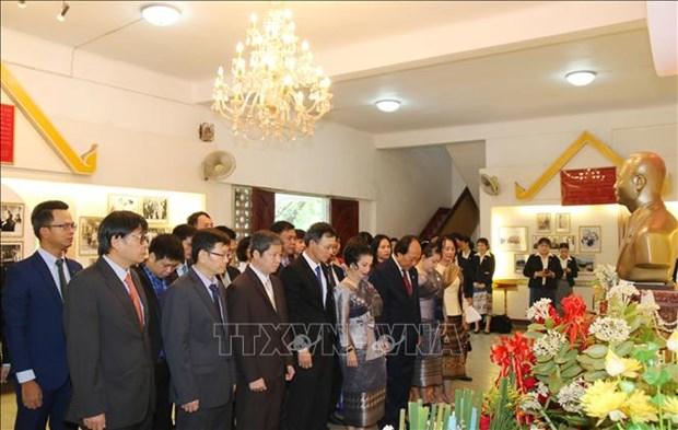 越南驻老挝大使馆代表团出席苏发努冯主席诞辰110周年纪念典礼 hinh anh 1