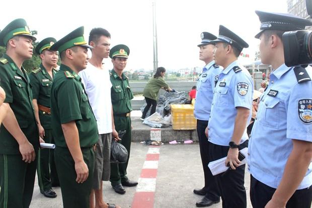 在越南海域遇险获救的中国渔民已移交中方 hinh anh 2
