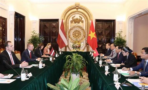 越南政府副总理兼外长范平明与拉脱维亚外长林克维奇斯举行会谈 hinh anh 2