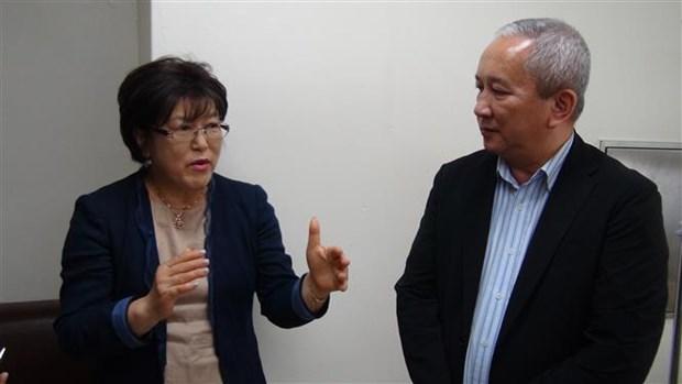 越南驻韩国大使馆看望遭韩国丈夫虐待的越籍女性 hinh anh 2