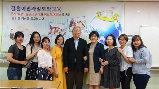 越南驻韩国大使馆看望遭韩国丈夫虐待的越籍女性 hinh anh 1