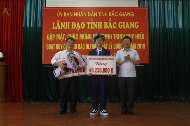 获得2019年国际物理学奥林匹克竞赛银牌的北江省学生获表彰 hinh anh 2