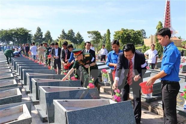 越南伤残军人和烈士日:在柬牺牲的越南烈士遗骸追掉会和安葬仪式举行 hinh anh 1