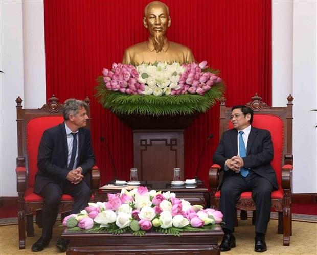 越共中央组织部部长范明正会见法国共产党全国书记法比安鲁塞尔 hinh anh 2
