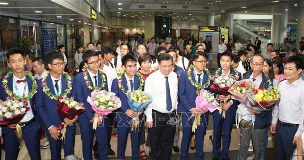 越南学生代表团从国际奥林匹克数学竞赛凯旋而归 hinh anh 1