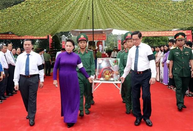 阮氏金银出席越南英雄烈士追掉会和安葬仪式 hinh anh 1