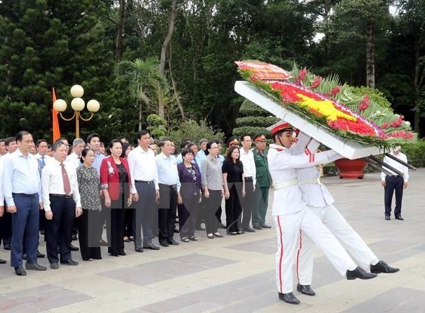 国会主席阮氏金银上香缅怀胡志明市英雄烈士 hinh anh 1